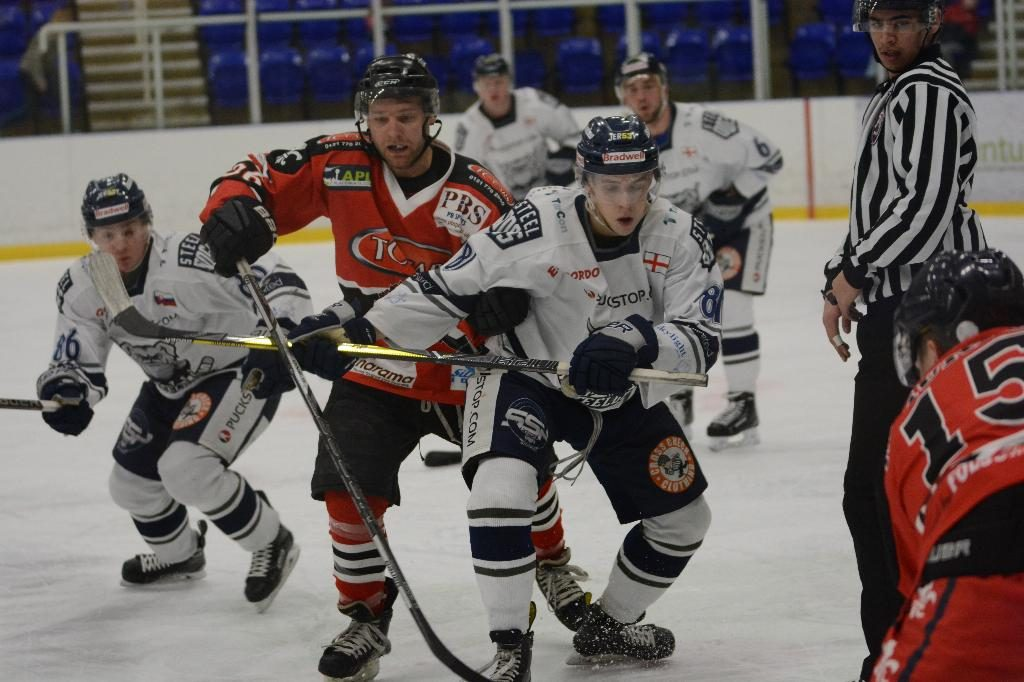 Adam Brittle reaches for the puck (J&K Davies)